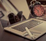 Biznesowy czasu podróży mienia budzik fotografia stock