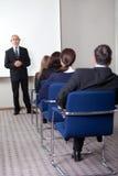 biznesowy daje mężczyzna dojrzała prezentacja Fotografia Royalty Free