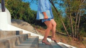 Biznesowy dama puszek schodki, atrakcyjna brunetka w błękitnym kostiumu z laptopem w jego wręcza iść na schodkach Kobiety zbiory wideo