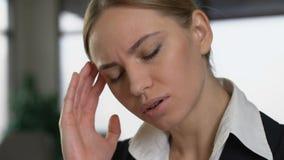 Biznesowy damy cierpienie od migreny pracuje w biurowym zbliżeniu, praca stres zdjęcie wideo