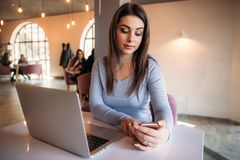 Biznesowy damy obsiadanie w kawiarni i działanie na używać telefonie i laptopie Obraz Royalty Free