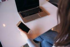 Biznesowy damy obsiadanie w kawiarni i działanie na używać telefonie i laptopie Obrazy Stock