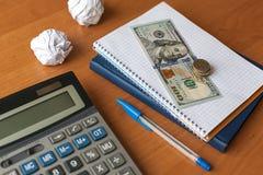 Biznesowy desktop z kalkulatorem, notatnik, pieniądze obrazy royalty free