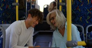 Biznesowy dojeżdżający używa telefon komórkowego w autobusie 4k podczas gdy podróżujący zbiory wideo