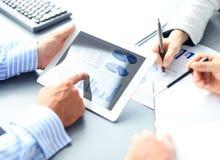 Biznesowy doradca analizuje pieniężne postacie