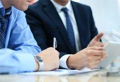 Biznesowy doradca analizuje pieniężne postacie Zdjęcie Royalty Free