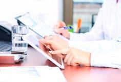 Biznesowy doradca analizuje pieniężne postacie Zdjęcie Stock