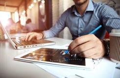 Biznesowy doradca analizuje pieniężnego postaci oznaczanie postęp w pracie firma obrazy stock