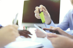 Biznesowy doradca analizuje pieniężnego postaci oznaczanie postęp w pracie firma fotografia stock