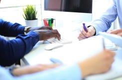 Biznesowy doradca analizuje pieniężnego postaci oznaczanie postęp w pracie firma zdjęcie stock