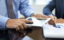 Biznesowy doradca analizuje pieniężne postacie Zdjęcia Stock