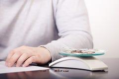 Biznesowy doradca analizuje pieniężnego postaci oznaczanie postęp w pracie firma Zdjęcia Royalty Free