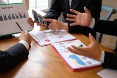 biznesowy doradca dyskutuje pomysł przy spotkaniem profesjonalista inwestuje zdjęcie stock