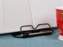 Biznesowy dzienniczek z piórem na bookstand Obraz Royalty Free