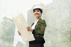 Biznesowy eco inżyniera ręki mienia budowy rysunek zdjęcia stock