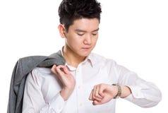Biznesowy facet patrzeje zegarek Obrazy Stock