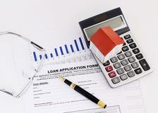 Biznesowy fontanny pióro i papieru dom na kalkulatorze i eyeglass fotografia royalty free