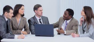 Biznesowy i biurowy pojęcie - uśmiechnięta biznes drużyna pracuje wewnątrz Zdjęcie Royalty Free