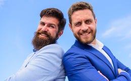 Biznesowy i korporacyjny prawo Prawnik agencja Ufni biznesów szefowie Mężczyzna biznesmena formalni kostiumy stoją z powrotem pop obrazy royalty free