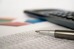 biznesowy kalkulatora zakończenia liczb pióro biznesowy Zdjęcie Royalty Free
