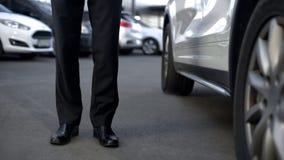Biznesowy kierowca stoi blisko samochodu, gotowego otwarte drzwi dla szefa, podstawowy widok fotografia stock