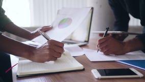 Biznesowy kolega z dokumentami przy biurkiem w biurze zdjęcie wideo