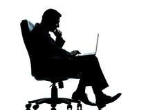 biznesowy komputerowego mężczyzna jeden obsiadanie Zdjęcie Royalty Free