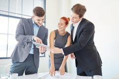 Biznesowy konsultować drużyna ma pomysł obrazy royalty free