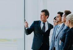 Biznesowy konwersatorium dokąd szef wyjaśnia firmy strategię jego koledzy obrazy stock