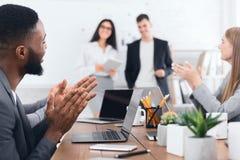 Biznesowy konwersatorium Koledzy klascze ręki mówcy zdjęcie royalty free