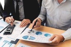 Biznesowy Korporacyjny dru?ynowy brainstorming, Planistyczna strategia ma dyskusji analizy inwestycj? bada z map? przy biurem zdjęcia stock