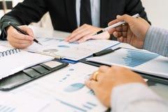 Biznesowy Korporacyjny dru?ynowy brainstorming, Planistyczna strategia ma dyskusji analizy inwestycj? bada z map? przy biurem zdjęcia royalty free