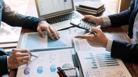 Biznesowy Korporacyjny dru?ynowy brainstorming, Planistyczna strategia ma dyskusji analizy inwestycj? bada z map? przy biurem fotografia stock
