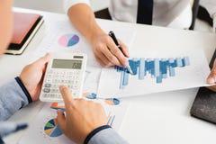 Biznesowy Korporacyjny dru?ynowy brainstorming, Planistyczna strategia ma dyskusji analizy inwestycj? bada z map? przy biurem zdjęcie stock