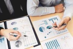 Biznesowy Korporacyjny dru?ynowy brainstorming, Planistyczna strategia ma dyskusji analizy inwestycj? bada z map? przy biurem obrazy stock