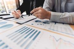 Biznesowy Korporacyjny dru?ynowy brainstorming, Planistyczna strategia ma dyskusji analizy inwestycj? bada z map? przy biurem obrazy royalty free