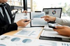 Biznesowy Korporacyjny dru?ynowy brainstorming, Planistyczna strategia ma dyskusji analizy inwestycj? bada z map? przy biurem obraz stock