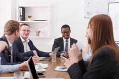 Biznesowy korporacyjny spotkanie młoda pomyślna drużyna Dufny czarny męski szef Obrazy Stock