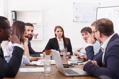 Biznesowy korporacyjny spotkanie młoda pomyślna drużyna z żeńskim szefem brainstorming 3d tła wizerunku życia biura biel obraz royalty free