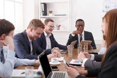 Biznesowy korporacyjny spotkanie młoda pomyślna drużyna z amerykanina afrykańskiego pochodzenia męskim szefem fotografia stock
