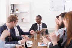 Biznesowy korporacyjny spotkanie młoda pomyślna drużyna z amerykanina afrykańskiego pochodzenia męskim szefem obraz royalty free