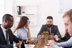 Biznesowy korporacyjny spotkanie młoda pomyślna drużyna z męskim szefem fotografia stock