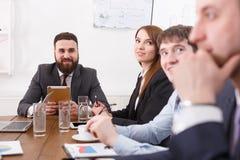 Biznesowy korporacyjny spotkanie młoda pomyślna drużyna z męskim szefem zdjęcie stock
