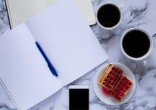 Biznesowy lunch z dwa coffe anf planowaniami i goframi smartphone i dzień obrazy stock