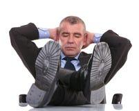 Biznesowy mężczyzna śpi z ciekami na biurku fotografia stock