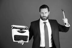 biznesowy mężczyzna, agresywny biznesmen z maszyna do pisania i młot, obrazy stock