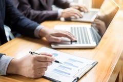 Biznesowy mężczyzna analizował raport zysku finanse dane wykresu docume Fotografia Royalty Free