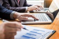 Biznesowy mężczyzna analizował raport zysku finanse dane wykresu docume Obrazy Stock
