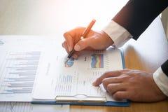 Biznesowy mężczyzna analizuje wykresu i mapy dokument donosi zdjęcie stock
