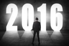 Biznesowy mężczyzna chodzi 2016 liczb Obrazy Royalty Free